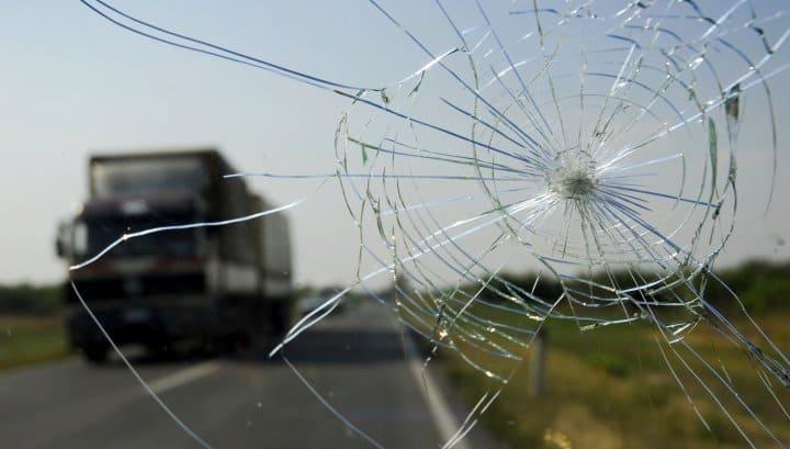 Как защитить лобовое стекло от попадания камней и щебня (да, это возможно)
