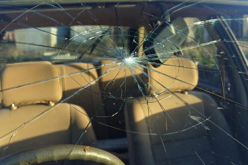 Из-за чего может лопнуть лобовое стекло