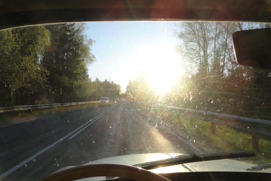Старение стекла автомобиля: почему происходит и что делать владельцу