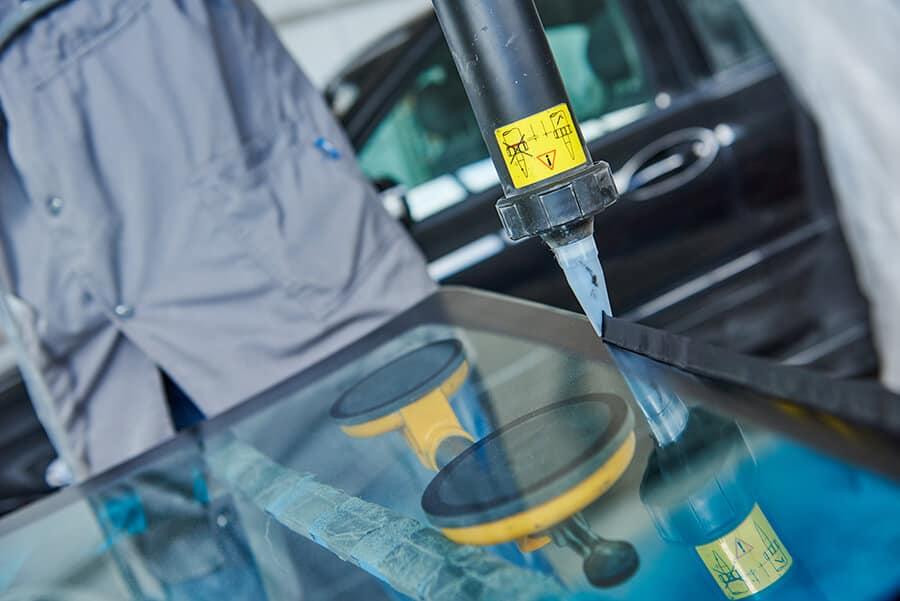Нанесение клея на лобовое стекло ДИТС-Сервис