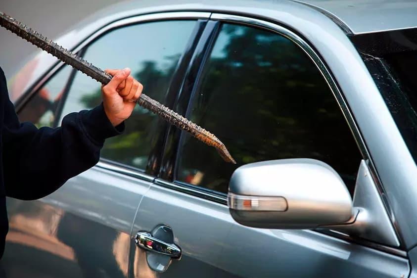 Какое стекло в машине разбить, если ключ остался внутри салона